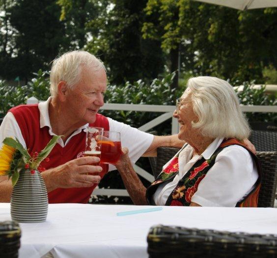 Maria Sernetz Dyhrenfurth (rechts) mit Hans Peter Porsche (links) im Golfclub Klessheim